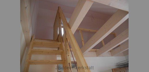 montage-treppe-holz-balkon