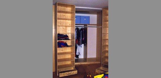 schrank-schlafzimmer-koffertueren-offen